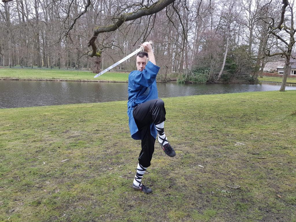 vechtsport leraar Douwe ter Horst van Shaolin Kungfu Zwolle met jian zwaard
