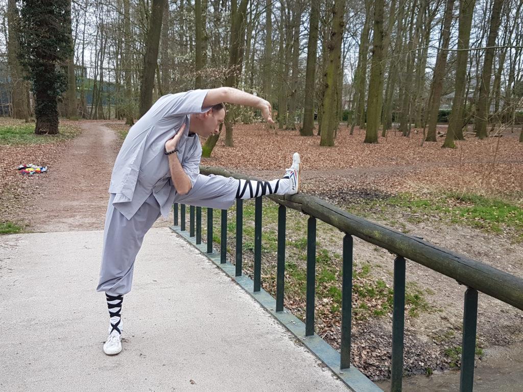 Douwe ter Horst van Shaolin Kungfu Zwolle laat een lenigheidsoefening zien